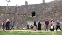 Diyarbakır'da Tarihi Surlardan Düşen Baba Ve Oğlu Ağır Yaralandı