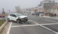 DOĞANLı - Otomobil Trafik Işıklarında Bekleyen Araca Çarptı Açıklaması 3 Yaralı