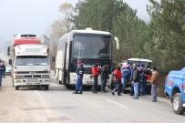 İŞ MAKİNESİ - Bolu'da Öğrencileri Taşıyan Otobüs Zincirleme Kazaya Karıştı Açıklaması 11 Yaralı