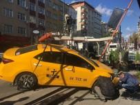 TİCARİ TAKSİ - (Özel) Kaza Yapan Taksi Yayaların Arasına Daldı Açıklaması 2 Yaralı