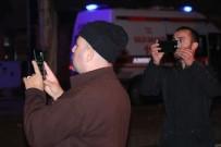 Vatandaşlar Kazada Panelvanın İçerisinde Sıkışan İki Kişiyi Cep Telefonlarıyla Görüntüledi