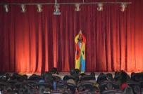 Adilcevaz'da Şirinler Tiyatro Gösterisi Düzenlendi
