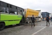 HAFRİYAT KAMYONU - Aralarında Halk Otobüsünün De Olduğu Araçlar Birbirine Girdi Açıklaması 8 Yaralı