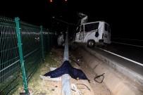 Elektrik Direğine Çarpan Minibüs Parçalandı Açıklaması 2 Ölü
