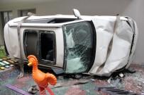 LÜKS OTOMOBİL - Lüks Otomobili Park Ederken 4 Metreden Sitenin Parkına Düştü