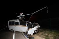 Minibüs Elektrik Direğine Çarptı Açıklaması 2 Ölü