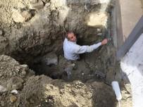 TOPRAK KAYMASI - (Özel) Kazdığı Çukurda Toprak Altında Kalan İşçiyi İtfaiye Ekipleri Kurtardı