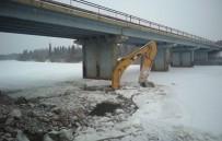 İŞ MAKİNESİ - Rusya'da İş Makinesi Ve Otomobil Nehre Düştü