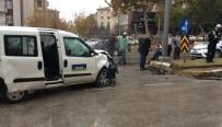TİCARİ ARAÇ - Elazığ'da Trafik Kazası Açıklaması 4 Yaralı