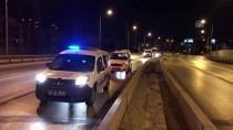 EGE ÜNIVERSITESI - İzmir'de Bariyerlere Çarpan Otomobilin Sürücüsü Yaralandı