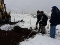 İŞ MAKİNESİ - Köylüler Mezar Açamayınca Özel İdare Ekipleri Devreye Girdi
