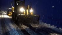 MAHSUR KALDI - Muş'ta Kar Nedeniyle Mahsur Kalan 22 Kişi Kurtarıldı