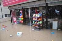 SAĞANAK YAĞIŞ - Reyhanlı'da Şiddetli Yağış Ev Ve İş Yerlerini Sular Altında Bıraktı