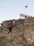 Annesinin Doğum Gününü Kale'ye Astığı Resimli Pankartla Kutladı