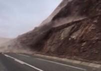 TOPRAK KAYMASI - Bingöl'de Toprak Kayması Köy Yolunu Kapattı