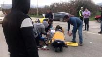 İSMAIL ÇETIN - Bursa'da Otomobil Motosiklete Çarptı Açıklaması 2 Yaralı