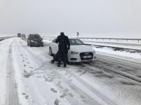 Kars'ta Araçlar Yolda Kaldı
