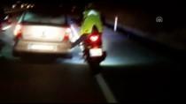 MOTOSİKLET SÜRÜCÜSÜ - Motosikletliler Ayaklarıyla Arızalı Otomobili İtti