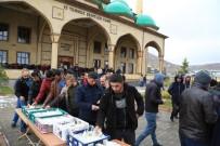 NEVŞEHİR BELEDİYESİ - Nevşehir Belediyesi Cami Çıkışı Börek Ve Meyve Suyu Dağıttı