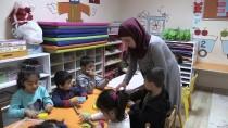 ANAOKULU ÖĞRETMENİ - 'Veliler Örüyor Çocuklar Gülüyor'