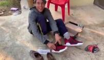 İŞİTME ENGELLİ - Engelli Gencin Hediye Ayakkabı Sevinci