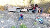 DİREKSİYON - Kamyon Şarampole Yuvarlandı Açıklaması 2 Ölü, 1 Yaralı