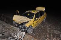 TİCARİ TAKSİ - Ticari Taksi İle Otomobil Çarpıştı Açıklaması 3 Yaralı