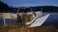DİREKSİYON - Karşı Şeride Geçen Araç Bariyerlere Çarptı Açıklaması 1 Ölü, 1 Yaralı
