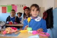 ÖĞRENCİLER - Köy Okulundaki Öğrencilere Koli Koli Oyuncak