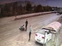 GÜVENLİK KAMERASI - (Özel) Kazada Metrelerce Savrulan Aracından İnip Çarptığı Adamın İmdadına Koştu