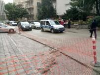 ELEKTRİK KABLOSU - Hastaneye Giderken Beton Dolu Çukura Düştüler