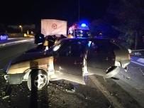 AYDINLATMA DİREĞİ - Otomobil Aydınlatma Direğini Yıktı  Açıklaması 1 Yaralı