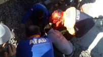 MAHSUR KALDI - Çöken Çatının Altında Kalan İşçi Kurtarıldı