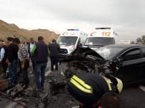 İki Otomobil Kafa Kafaya Çarpıştı Açıklaması 1'İ Ağır 6 Yaralı