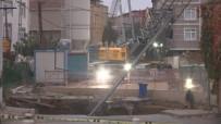 KADıOĞLU - İstanbul'da Yol Çöktü Açıklaması 2 Kişi Enkaz Altında
