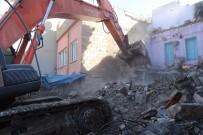 Siirt'te Tehlike Arz Eden Binalar Görevlilerce Yıkıldı
