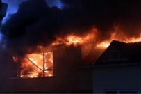 KALDIRIM ÇALIŞMASI - Belediye Taş Döktü, İtfaiye Geçemedi, 9 Katlı Binanın Çatı Katı Alev Alev Yandı