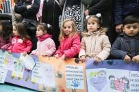 ESENLER BELEDİYESİ - Esenlerli Minikler 6 Metrelik Pankartla Haklarını Savundu