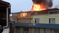 DAR SOKAKLAR - İstanbul'da 9 Katlı Binanın Çatısında Korkutan Yangın