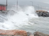 DENIZ OTOBÜSÜ - Bandırma Körfezi'nde Fırtına Dev Dalgalar Oluşturdu