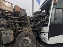 GELENBE - Otobüsle Vinç Yüklü Kamyon Çarpıştı Açıklaması 17 Yaralı