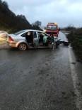 AYDINLATMA DİREĞİ - Kontrolden Çıkan Otomobil Aydınlatma Direğine Çarptı Açıklaması 3 Yaralı