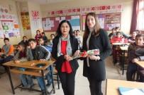 KIRMIZI GÜL - Malazgirt'te Okul Aile Birliği Başkanı Öğretmenlere Çiçek Dağıttı