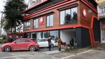 MİNİBÜS ŞOFÖRÜ - Trabzon'da Kontrolden Çıkan Minibüs İş Yerine Girdi