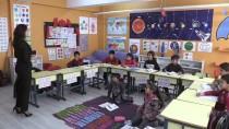 KADIN ÖĞRETMEN - Öğrencileri Okula 'Ev Ortamı'yla Bağlıyorlar