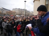 EYFEL KULESI - Fransa'da Yüzlerce Kişi İntihar Eden Polis İçin Yürüdü