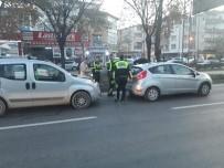 NECATI ÇELIK - Hafif Ticari Araç Otomobile Çarptı Açıklaması 3 Yaralı