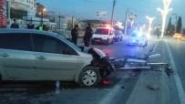 AYDINLATMA DİREĞİ - Otomobil Aydınlatma Direğine Çarptı Açıklaması 3 Yaralı