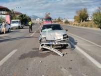 Otomobiller Çarpıştı Açıklaması 1'İ Ağır 4 Yaralı