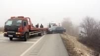 MUSTAFA KORKMAZ - Yola Sis Çöktü Önünü Göremeyen İki Araç Tarlaya Uçtu